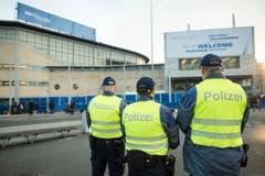 Polizisten harren der Dinge, die hoffentlich nicht kommen. (Bild: Keystone/Ennio Leanza)