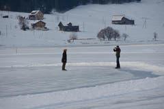 Das heisst es seit dem 18. Dezember auf dem Natureisfeld Sihlsee, das auf dem gefrorenen, südlichen Teil des Stausees just bei der Gemeinde Euthal hergerichtet ist. (Bild: Charly Keiser / Neue SZ)