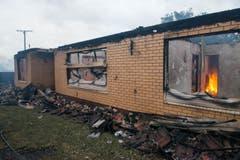 Durch den Brand, der nach ersten Erkenntnissen nicht absichtlich gelegt wurde, wurden nach Behördenangaben auch Wirtschaftsgebäude, landwirtschaftliches Gerät und Fahrzeuge zerstört. (Bild: Keystone)