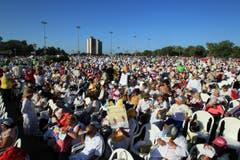 Die Kubaner warten auf die Messe, die Papst Franziskus zelebrieren wird. (Bild: Keystone)