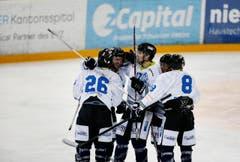 Der HC Luzern jubelt nach einem Treffer gegen den EVZ II. (Bild: Stefan Kaiser)