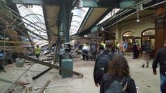 Die Bahnhofsdecke wurde heruntergerissen. (Bild: Ian Samuel via AP)