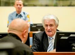 Noch scheint Radovan Karadzic seinen eigenen Worten zu glauben: «Ich rechne mit einem Freispruch.» (Bild: AP Photo / Robin van Lonkhuijsen)