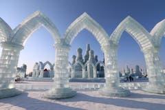 Am Eis- und Schneefestival in Harbin (Nordchina) schmilzt zur Zeit nichts weg. Im Gegenteil: Dort wachsen ganze Gebäudekomplexe in den Himmel. (Bild: EPA/WU HONG)
