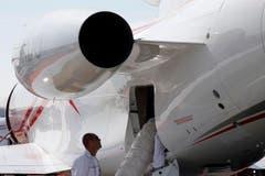 Arbeiter überprüfen das Kühlsystem eines Dassault Falcon 900LX. (Bild: AP Photo / Francois Mori)