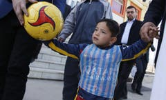 Bei seinem öffentlichen Auftritt in Kabul ist die Aufschrift auf dem improvisierten Leibchen schon verblasst. (Bild: Epa / Jawad Jalali)
