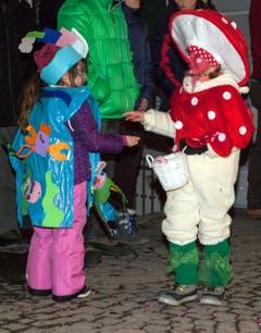 Die jüngeren Teilnehmer sind auch gut verkleidet. (Bild: Edi Ettlin / Neue OZ)