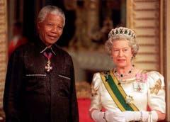 Die Königin Englands 1996 mit dem damaligen Präsidenten Südafrikas, Nelson Mandela, im Buckingham Palace. (Bild: Keystone)