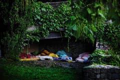 Magali Girardin - 2. Platz Kategorie «Aktualität»: Auf der Wiese, unter einem Busch oder am Flussufer: Im Sommer schlafen viele Obdachlose in den öffentlichen Anlagen der Stadt Genf. Doch wenn am Morgen die Sonne aufgeht, mussen sie ihre provisorische Schlafstätte wieder verlassen. (Bild: Swiss Press Photo / Magali Girardin)