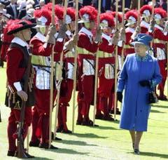"2007 inspizierte Queen Elizabeth II. die Soldaten des 470 Jahre alten ""Honourable-Artillery-Company"" in London. (Bild: Keystone)"