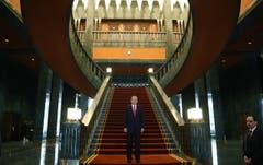 Der türkische Präsident Recep Tayyip Erdogan präsentiert sich in seinem neuen Palast. (Bild: KEYSTONE)