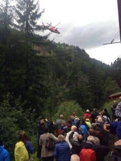 Zugpassagiere fotografieren den Einsatz der Rega. (Bild: Twitter / @neurograph)