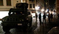 Schwer bewaffnete Sicherheitskräfte in der Brüsseler Innenstadt (Bild: AP / Alastair Grant)