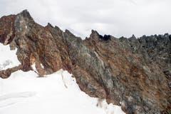Der schwarze Fleck am Felsen zeugt vom Aufprall des 27-jährigen Piloten. (Bild: ALEXANDRA WEY)