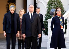 Prinz Albert II mit seiner Frau Charlene (links) in Monaco. (Bild: EPA / Sebastien Nogier)