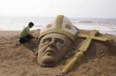 Schon ein Tag nach der Wahl baute in Indien ein Künstler eine Sandskulptur mit dem Antlitz des neuen Papstes. (Bild: Keystone)