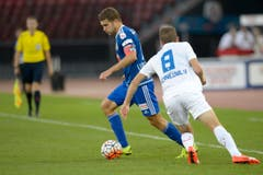 Claudio Lustenberger verteidigt den Ball gegen Christian Schneuwly. (Bild: Keystone/Anthony Anex)
