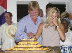 Der jetzige König der Niederlande, Willem-Alexander, lacht, während er in einem Altersheim eine Torte anschneidet, seine Frau Maxima hält sich die Hand vors Gesicht. (17. August 2002) (Bild: Keystone)