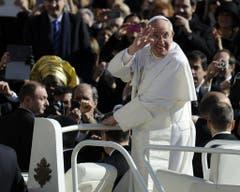 Die Messe zur Amtseinführungs fand am 19. März 2013 statt. Der neue Papst strahlend auf dem Papamobil. (Bild: Keystone)