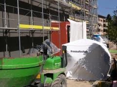 Die Spurensicherung hat im Eingangsbereich der Baustelle ein Schutzzelt aufgestellt. (Bild: Geri Holdener / Bote der Urschweiz)