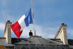 Die Fahne beim Elysee-palast steht auf Halbmast. (Bild: EPA/Christophe Petit Tesson)