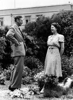 Die spätere Königin im offenbar vergnüglichen Gespräch mit ihrem Vater, König George VI. (Bild: Keystone)