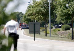 A police officers park outside the plant where an attack took place, Friday, June 26, 2015 in Saint-Quentin-Fallavier, southeast of Lyon, France. French authorities say one person has been beheaded in an attack and explosion at a gas factory in the southeastern part of the country. Officials say banners with Arabic writing were found near the body. Authorities have opened a terrorism investigation. (AP Photo/Laurent Cipriani) (Bild: Keystone)