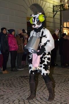 Feminin: Der Damenturnverein mit Kühen samt Gehörschutz. (Bild: Edi Ettlin / Neue OZ)