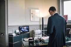 1. PREIS SCHWEIZER REPORTAGEN: NIELS ACKERMANN - Bundesratskandidat Pierre Maudet schaut sich die Wahl im Fernsehen an. (Bild: (SWISS PRESS PHOTO/Niels Ackermann fuer Lundi 13))