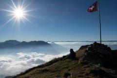 Auf dem Alvier (2343 M.ü.M.), unten im Nebelmeer das St.Galler Rheintal. (Bild: Keystone)