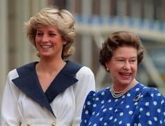 Ein Foto aus dem Jahr 1987: Diana, die Prinzessin von Wales (links) und die Königin Elisabeth II. (Bild: Keystone)