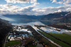 Eine Luftaufnahme der überschwemmten Ortschaft Magadino im Tessin am Sonntag. (Bild: Keystone)