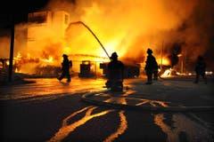 In der Nacht auf Dienstag muss die Feuerwehr Brände löschen. (Bild: Jerry Jackson/The Baltimore Sun via A)