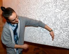 Yanick Monaco zeigt seine filigrane Abschussarbeit. (Bild: Romano Cuonz/Neue NZ)