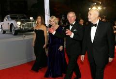 Der Prinz von Wales und seine Gattin schreiten zur Premiere, begleitet von den Filmproduzenten Michael G. Wilson und Barbara Broccoli. (Bild: Keystone)