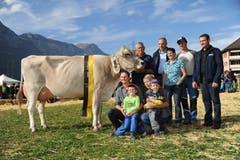 Die neue Miss Uri «Eliana» mit Besitzer, Martin Arnold, Silenen (links kniend). (Bild: Urs Hanhart (Neue UZ))