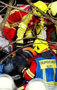 Eine verletzte Person wird geborgen. (Bild: AP/Matthias Schrader)
