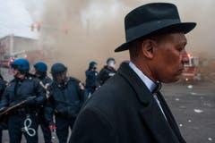 Ein Mann passiert die Unruhezone. (Bild: Keystone/EPA/Noah Scialom)