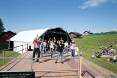 Impressionen des Country Openair am Samstag auf der Klewenalp. Im Bild: Linedancer während dem Konzert von Kim Carson. (Bild: Manuela Jans (Neue LZ))
