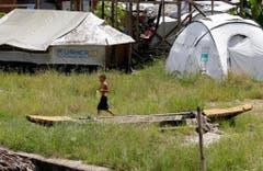 Auch ein Jahr nach dem Taifun dienen immer noch Zelte des UNHCR als Notunterkunft für viele Menschen. (Bild: Keystone)