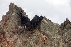 Die Unfallstelle in felsigem Gebiet der abgestürzten F/A-18 auf dem Sustenpass. Der Berufsmilitärpilot wurde am Mittwochmorgen (31. August) an der Absturzstelle identifiziert. (Bild: ALEXANDRA WEY)