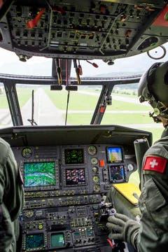 Ein Militär-Pilot auf dem Flug zu der Unfallstelle der abgestürzten F/A-18 auf dem Sustenpass. (Bild: ALEXANDRA WEY)