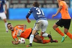 Der Luzerner Hekuran Kryeziu gegen Lausanne Sports Musa Araz. (Bild: Philipp Schmidli / Luzerner Zeitung)