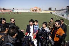 Das Bild belegt allerdings: Es gab nicht nur den Fototermin draussen in der Provinz Jaghori, «wo die Temperaturen auf minus 16 Grad fallen». Hier wird Murtaza den Medien mitten in Kabul präsentiert. (Bild: Epa / Jawad Jalali)