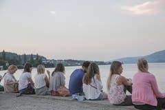 Besucherinnen und Besucher gerniessen die Abendstimmung am See. (Bild: André A. Niederberger / Neue NZ)