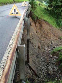 Zudem besteht die Gefahr, dass die Strasse bei weiteren Regenfällen abrutsche könnte. Die Strasse bleibt bis zum 12. August gesperrt. (Bild: Baudirektion Schwyz)