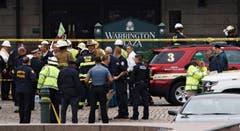 Rettungkräfte besammeln sich vor dem Bahnhof in Hoboken nahe New York. (Bild: EPA/JUSTIN LANE)