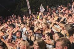 Das Publikum winkt der Band. (Bild: André A. Niederberger / Neue NZ)