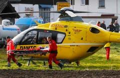 Rettungshelikopter im Einsatz. (Bild: AP/Matthias Schrader)