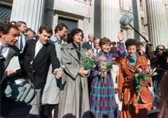 Eine Rehabilitation, die niemandem mehr nützt: Elisabeth Kopp winkt am 24. Februar 1990 nach ihrem Freispruch im Prozess wegen Amtsgeheimnisverletzung am Bundesgericht in Lausanne. Trotzdem bleiben sie und ihr Mann gesellschaftlich geächtet. (Bild: Keystone)